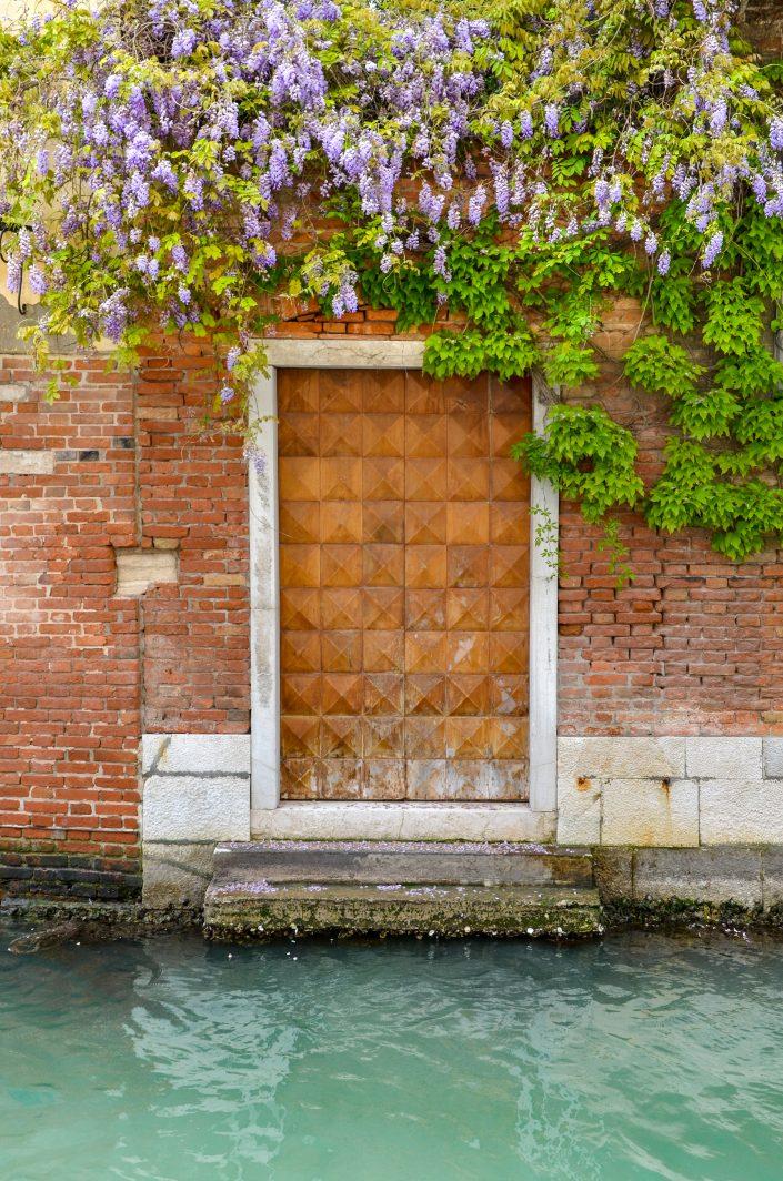 Porte fleurie donnant sur un canal (Venise)